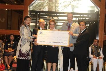 Sky Pham Presents Donation to the 55th President of Mexico, H.E Vicente Fox Quesada